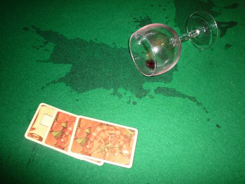 Das 55. Weinglas auf der Tischdecke am Westpark